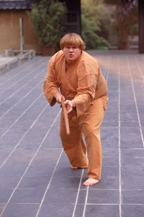 Alles andere als ein trainierter, wendiger Ninja-Kämpfer: Haru (Chris Farley) ... - Bildquelle: 1997 TriStar Pictures, Inc. All Rights Reserved.