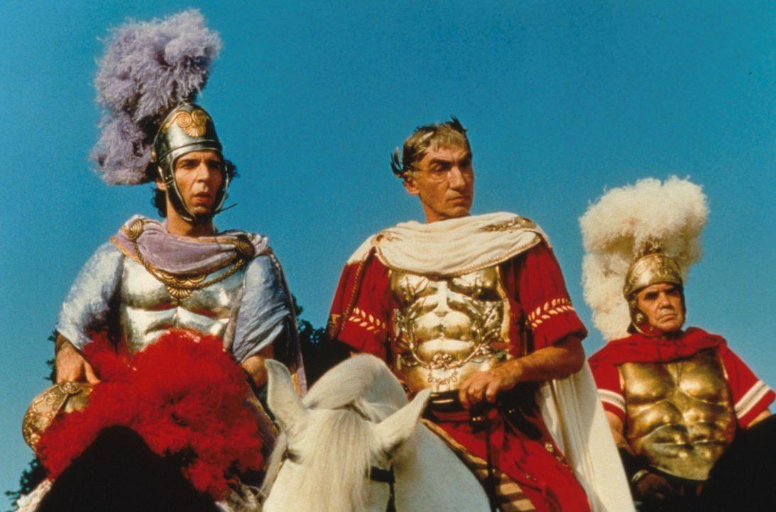 Sie kamen, sahen und rümpften die Nase: Tullius Destructivus (Roberto Benigni, l.) und sein Chef Julius Caesar (Gottfried John, M.) müssen wieder... - Bildquelle: Constantin Film
