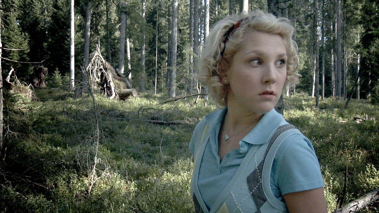 Sabine (Nikola Kastner) macht gemeinsam mit Freunden Urlaub in der Einsamkeit, ohne fließend Wasser und Strom gibt es nur mittels altersschwachem G...