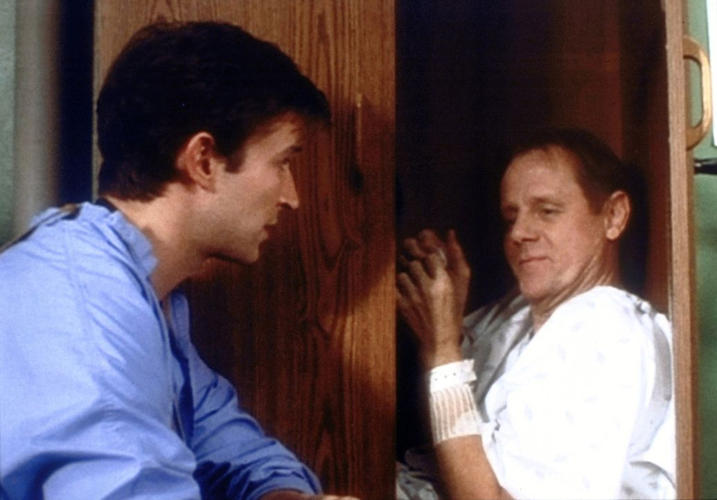 Carter (Noah Wyle, l.) bekommt Zweifel an der Zurechnungsfähigkeit von Mr. Percy (William Sanderson, r.), der sich nicht für seine bevorstehende O... - Bildquelle: TM+  WARNER BROS.