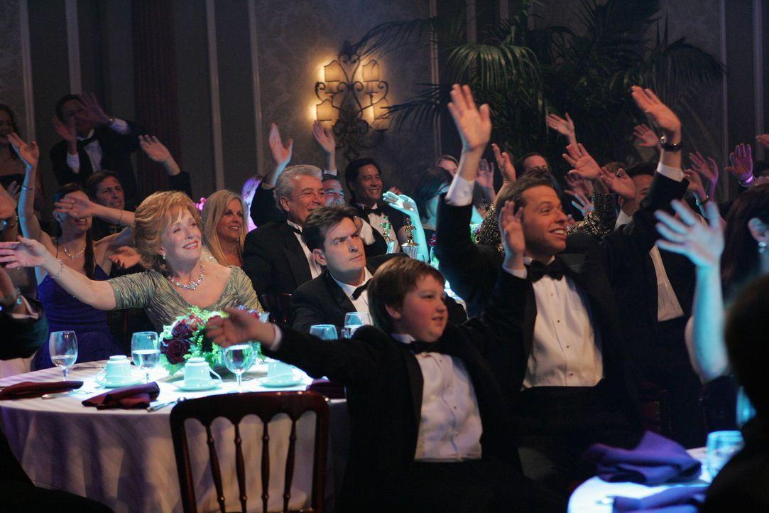 Während Jake (Angus T. Jones, 2.v.r.), Evelyn (Holland Taylor, l.) und Alan (Jon Cryer, r.) sich auf der Preisverleihung amüsieren, schmiedet Charli... - Bildquelle: Warner Brothers Entertainment Inc.