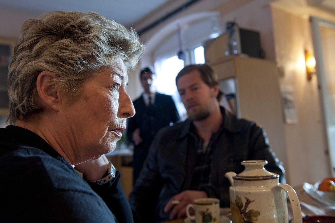 Frau Kowalski (Brigitte Janner, l.) kann es nicht glauben: Ihr Mann soll laut Mick (Henning Baum, r.) seinen Firmenchef entführt haben, während sie... - Bildquelle: Martin Rottenkolber SAT.1