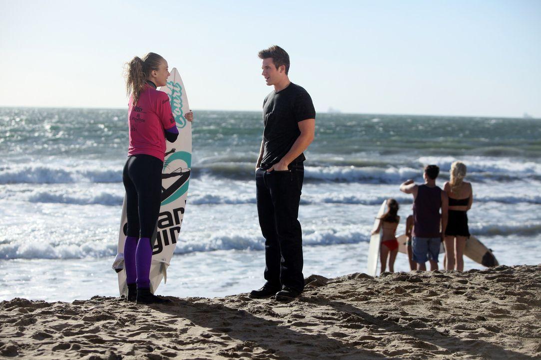 Liam (Matt Lanter, r.) eröffnet endlich seinen eigenen Surfladen speziell für Frauen. Seine erste Kundin, eine Australierin, hat es ihm sofort ang... - Bildquelle: TM &   CBS Studios Inc. All Rights Reserved