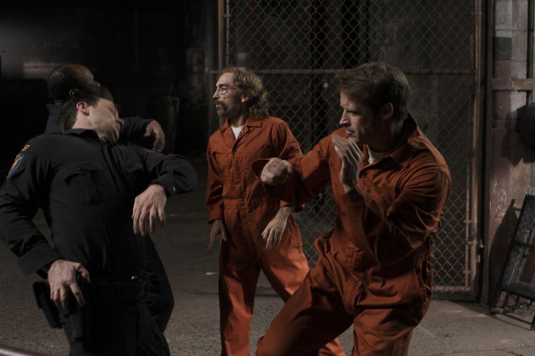 Werden Chance (Mark Valley, r.) und Guerrero (Jackie Earle Haley, M.) aus dem Gefängnis fliehen können? - Bildquelle: 2011  Warner Bros.