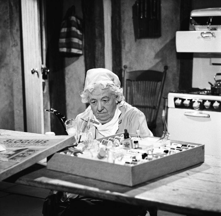 Um dem Täter auf die Schliche zu kommen, macht Miss Marple (Margaret Rutherford) auch vor Chemie-Experimenten nicht Halt ... - Bildquelle: Warner Brothers