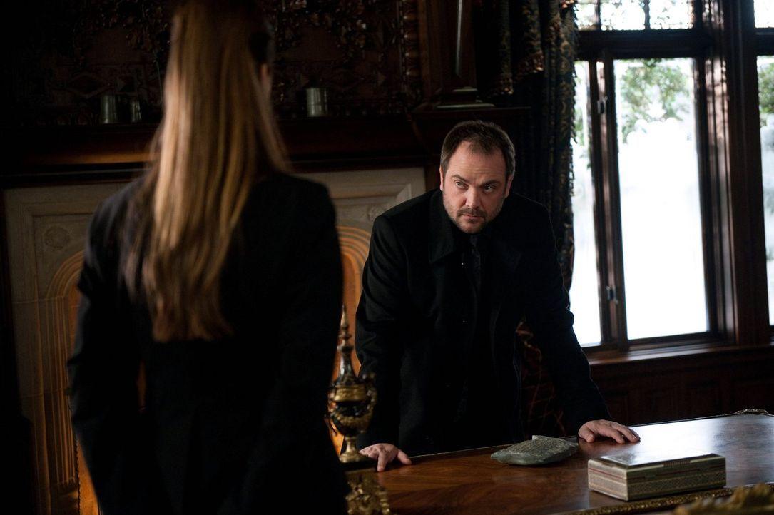 Crowley (Mark Sheppard) hat eine Methode gefunden, dem Propheten wieder ganz besonders nahe zu sein ... - Bildquelle: Warner Bros. Television