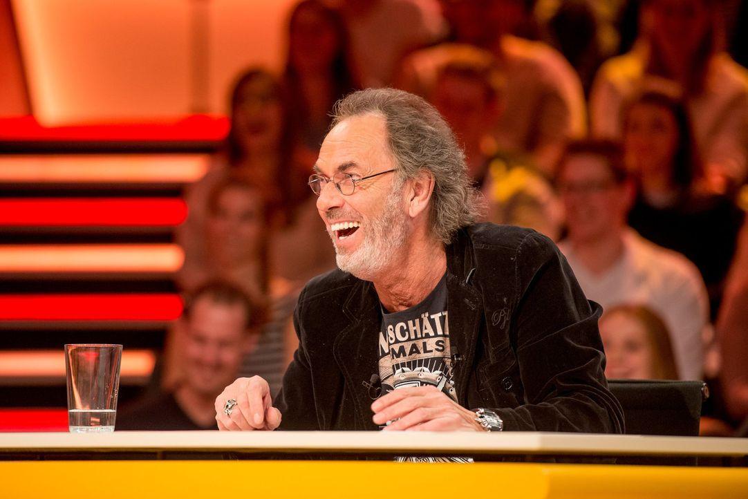 Hugo Egon Balder (Foto) amüsiert köstlich sich über kreative Bedeutungssuche seines Rateteams ... - Bildquelle: Martin Rottenkolber SAT.1/Martin Rottenkolber