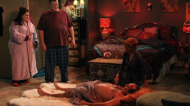 Während Mike (Billy Gardell, 2.v.l.) und Molly (Melissa McCarthy, l.) die Dan...