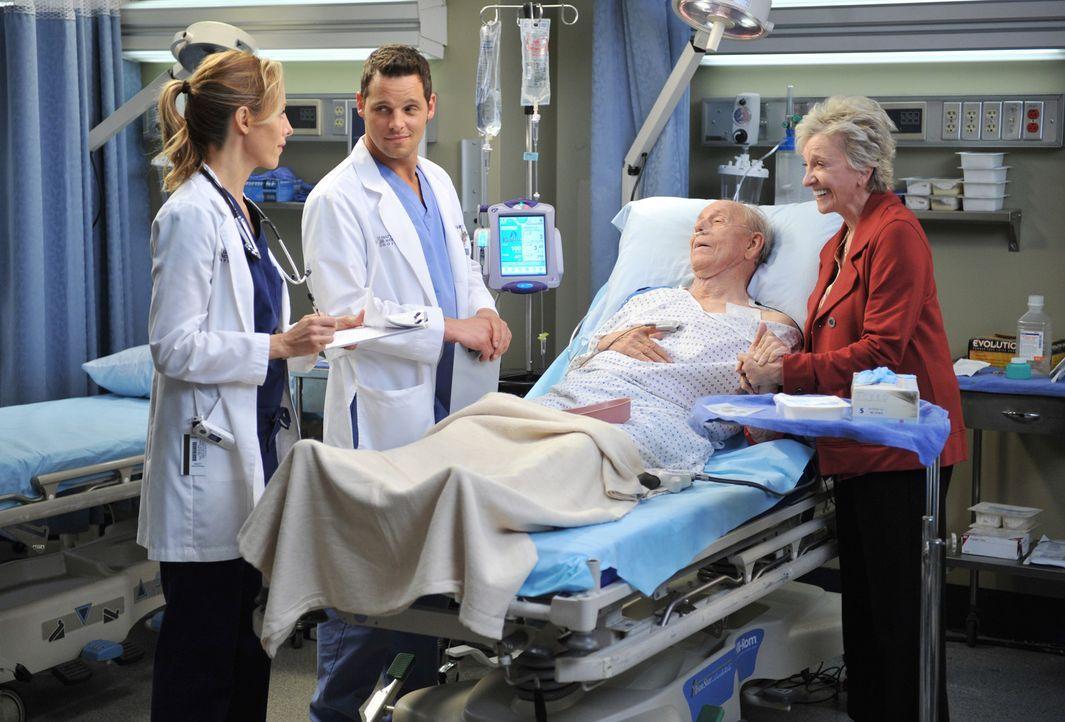 Während Alex (Justin Chambers, 2.v.l.) und Teddy (Kim Raver, l.) alles für die Operation vorbereiten, macht sich Emma (Elizabeth Franz, r.) große... - Bildquelle: ABC Studios