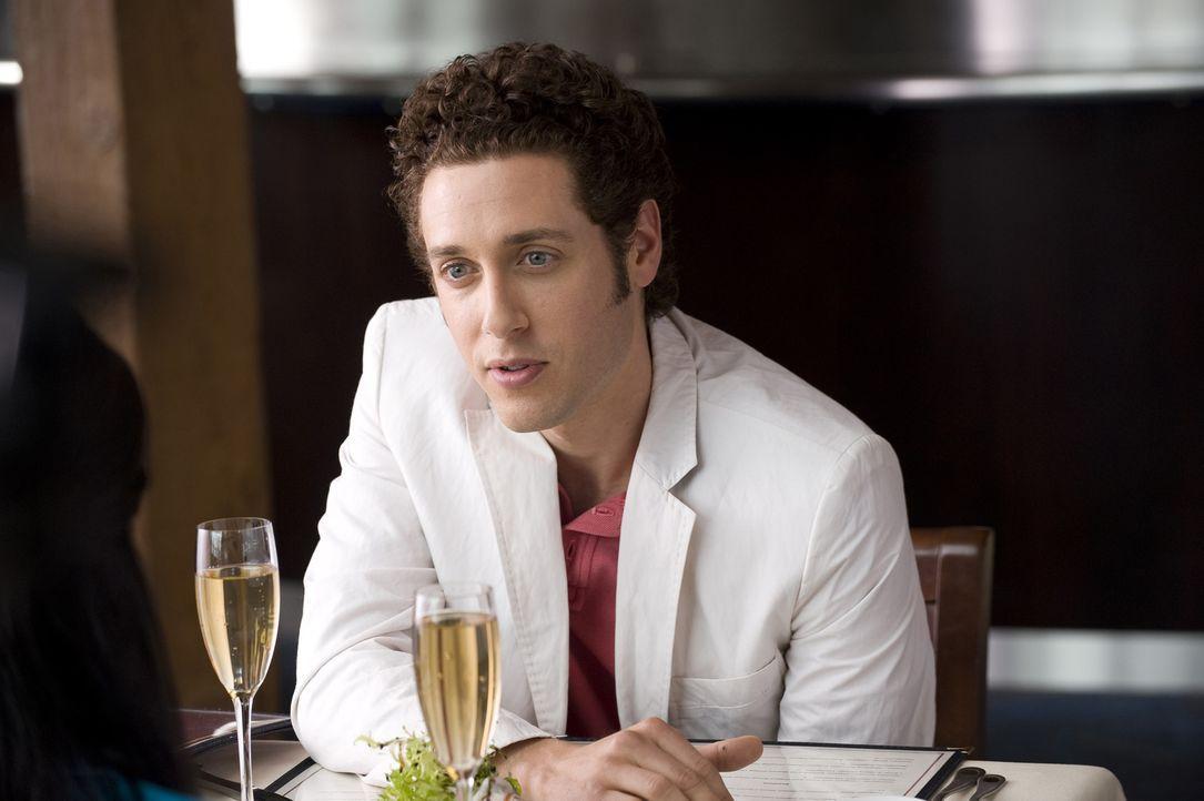 Bei einem gemeinsamen Essen lässt Evan R. Lawson (Paulo Costanzo) seinen Charme spielen, doch kann er damit bei der emanzipierten Divya landen? - Bildquelle: Universal Studios