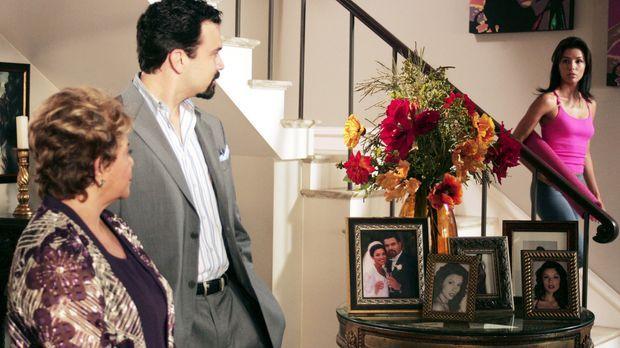 Zu Gabrielle (Eva Longoria, r.) Entsetzen erscheint Juanita (Lupe Ontiveros,...