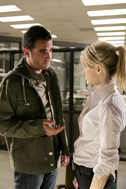 Um einem Fall zu lösen, müssen Lilly Rush (Kathryn Morris, r.) und ihr Team mit Eddie Saccardo (Bobby Cannavale, l.) zusammenarbeiten ... - Bildquelle: Warner Bros. Television