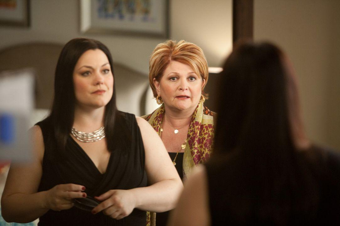 Janes (Brooke Elliott, l.) Mutter Elaine (Faith Prince, r.) taucht überraschend zu Besuch auf, was anfangs für einige Probleme sorgt ... - Bildquelle: 2009 Sony Pictures Television Inc. All Rights Reserved.