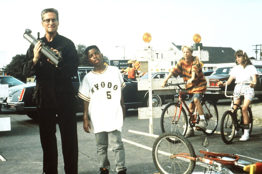 """""""D-Fens"""" (Michael Douglas, l.) lässt sich von einem gewitzten Kid (Valentino D. Harrison, r.) die Funktion einer Panzerfaust erklären ... - Bildquelle: Warner Bros. GmbH"""