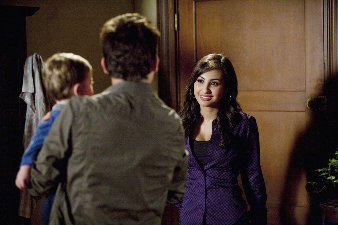 Adrian (Francia Raisa, r.) besucht Ricky (Daren Kagasoff, 2.v.l.), der sich um den kleinen John kümmern muss.