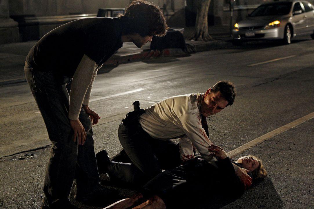 Nachdem der SUV von Kate Joyner (Sienna Guillory, r.) in die Luft gegangen ist, drückt Hotch (Thomas Gibson, M.) ihr eine Arterie ab, um sie zu ret... - Bildquelle: Touchstone Television