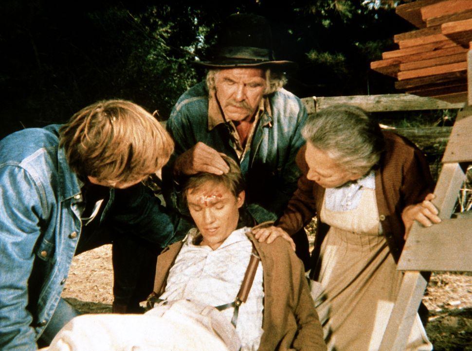 Auf der Jagd nach einem Truthahn hat sich John-Boy (Richard Thomas, vorne M.) verletzt. Großvater Sam (Will Geer, hinten M.) und Großmutter Ester (E... - Bildquelle: WARNER BROS. INTERNATIONAL TELEVISION