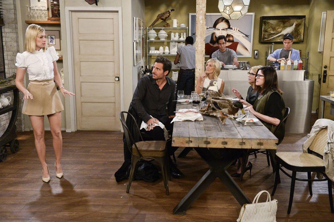 Als Max bei einem Dinner mit Randy (Ed Quinn, 2.v.l.) und den Anwältinnen Marissa (Tricia O'Kelly, 3.v.r.), Lei (Shulie Cowen, 2.v.r.) und Leila (Am... - Bildquelle: 2016 Warner Brothers