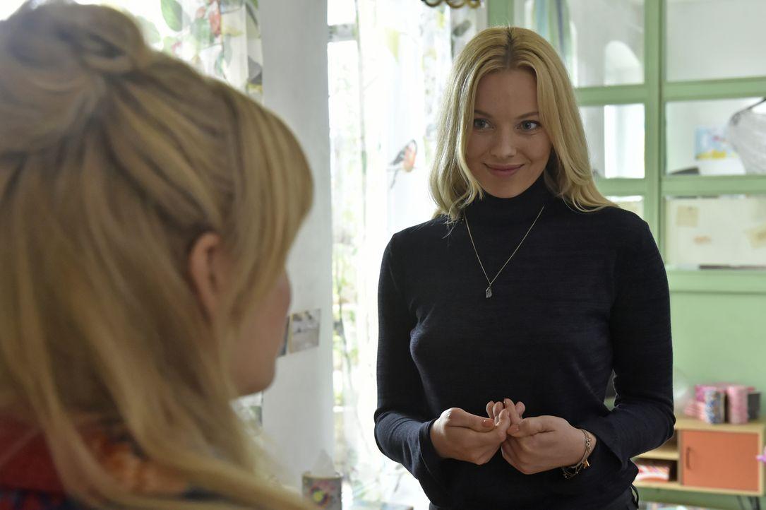 Mila (Susan Sideropoulos, l.) ist überrumpelt, als Ingrid (Sophie Meister, r.) ihren Rat in einer wichtigen Beziehungsfrage mit Nick sucht ... - Bildquelle: Claudius Pflug sixx