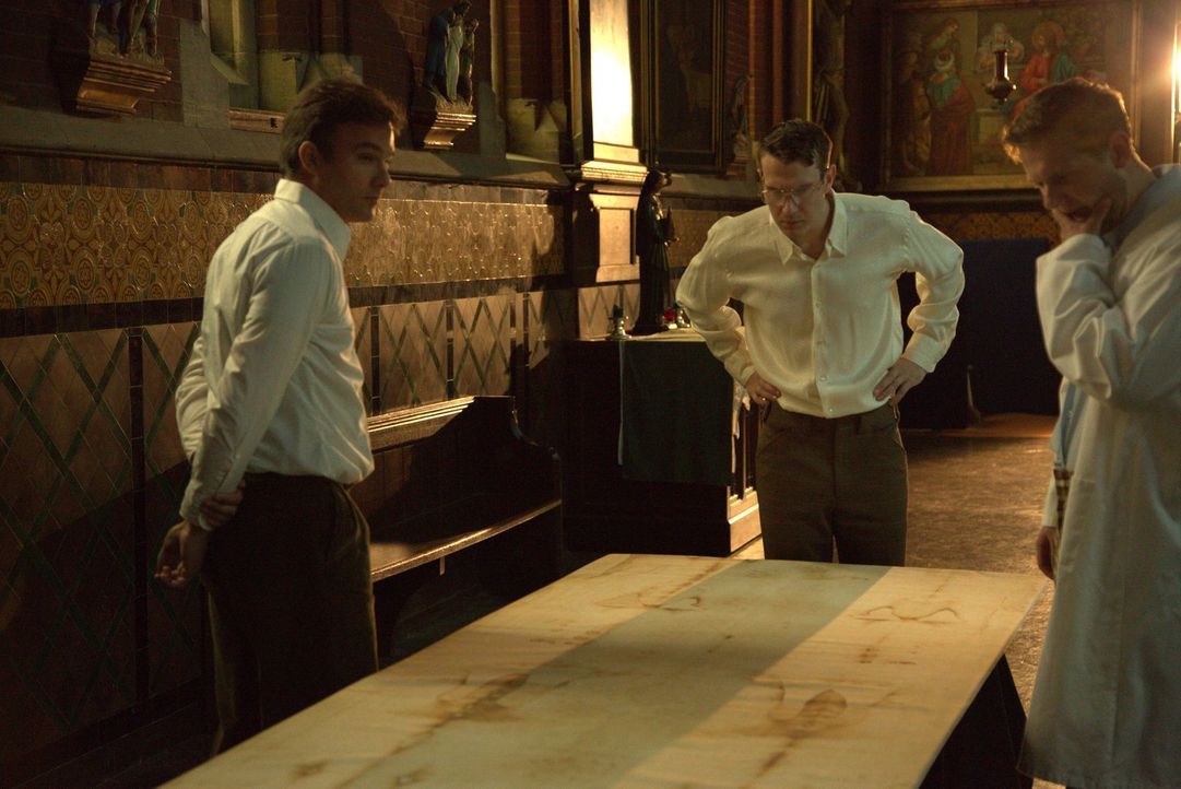 Auf der Suche nach Beweisen für seine Echtheit untersuchen 1988 mehrere Wissenschaftler das Grabtuch von Turin. Sie entnehmen zudem eine Probe, um d... - Bildquelle: ELLIE