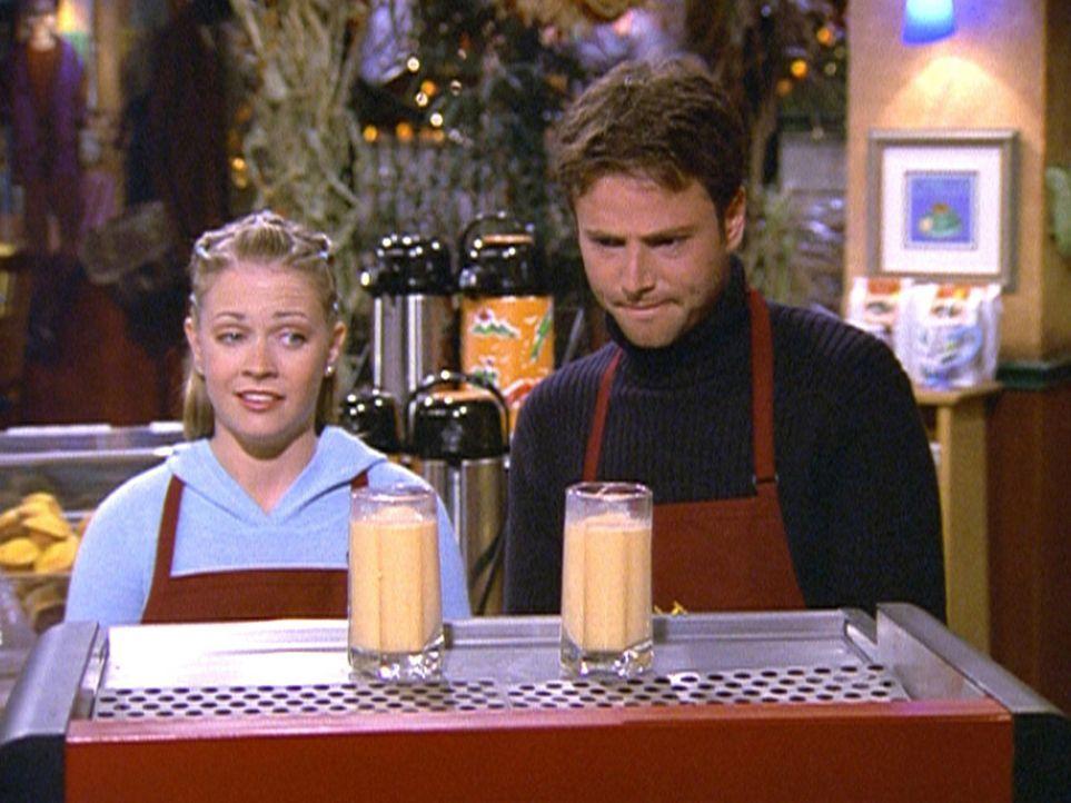 Sabrina (Melissa Joan Hart, l.) stellt fest, dass Josh (David Lascher, r.), der Geschäftsführer des Studentencafés, sehr charmant ist. - Bildquelle: Paramount Pictures