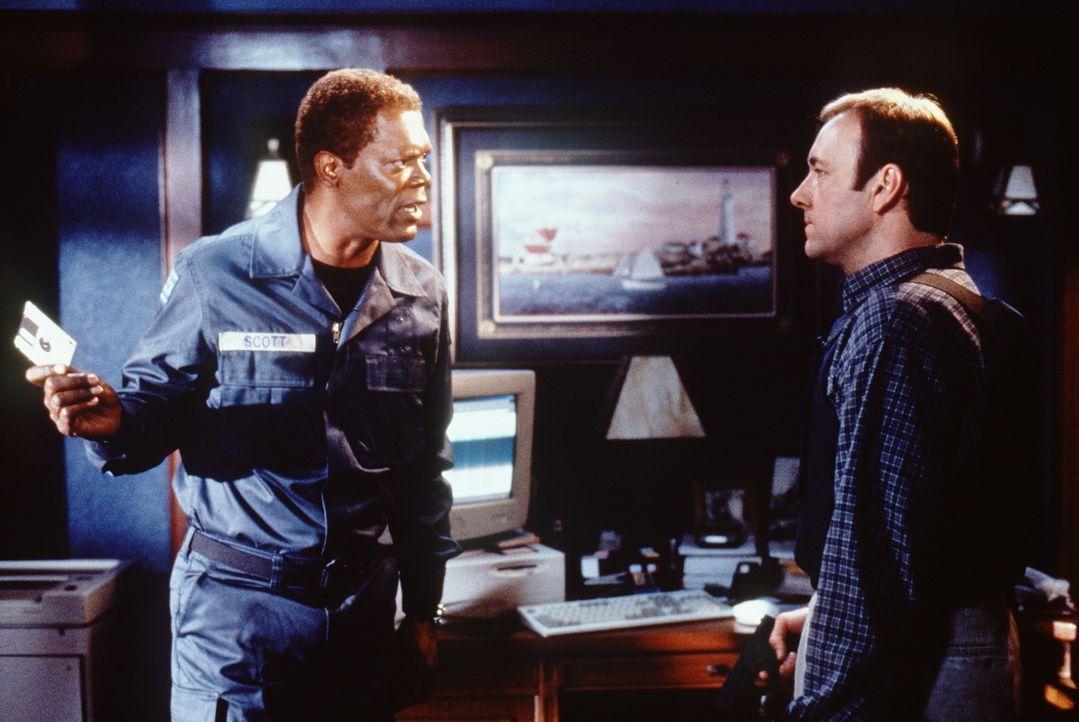 Verhandlungssache: Der Geiselnehmer Danny Roman (Samuel L. Jackson, l.) und Verhandlungsspezialist Chris Sabian (Kevin Spacey, r.) ... - Bildquelle: TM+  Warner Bros.