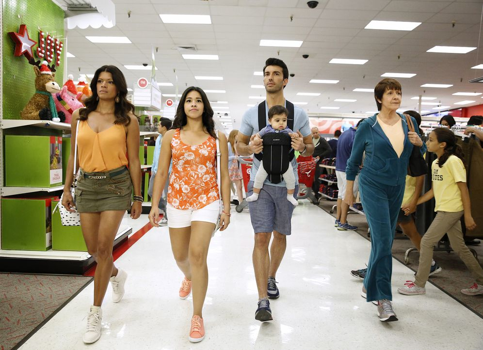 Ein ganz besonderer Einkaufbummel wartet auf Jane (Gina Rodriguez, 2.v.l.), Rafael (Justin Baldoni, 2.v.r.), Xo (Andrea Navedo, l.) und Alba (Ivonne... - Bildquelle: Greg Gayne 2015 The CW Network, LLC. All rights reserved.