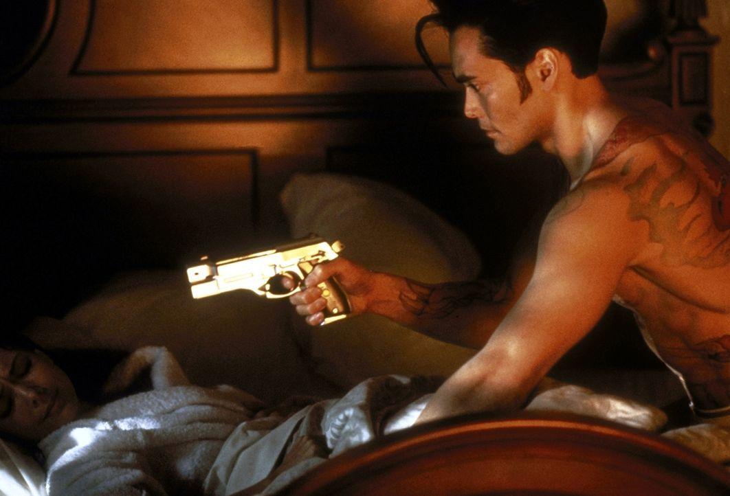 Yo (Mark Dacascos, r.) schleicht sich nachts in Emus (Julie Condra, l.) Haus, um seinen Auftrag zu erfüllen. Doch in Yo erwachen Gefühle für die sch... - Bildquelle: Warner Bros.