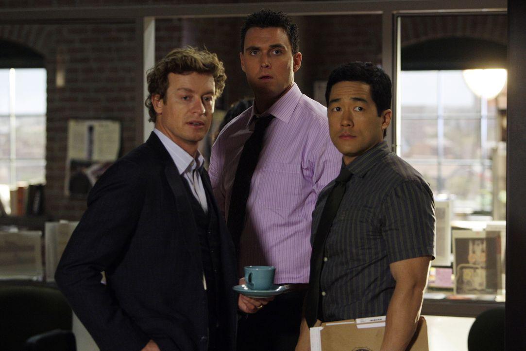 Wayne (Owain Yeoman, M.), Kendall (Tim Kang, r.) und Patrick (Simon Baker, l.) ahnen nicht, dass die SMS, die Patrick erhalten hat, Schreckliches mi... - Bildquelle: Warner Bros. Television