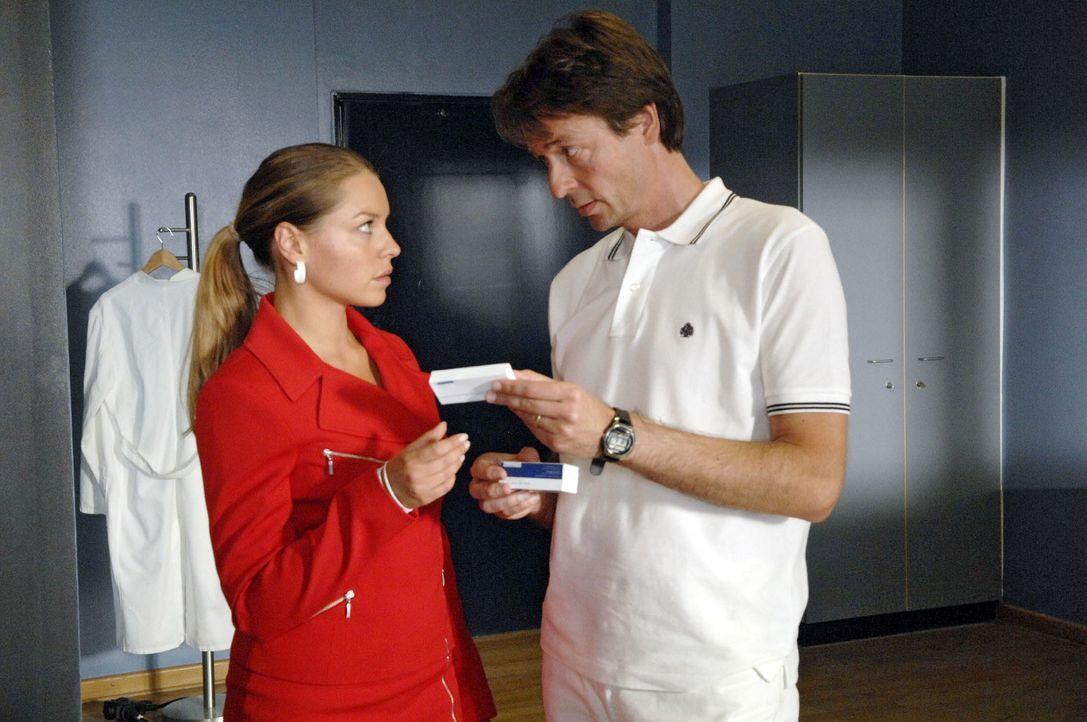 Katja (Karolina Lodyga, l.) greift auf ein früheres Angebot von Dr. Lonnemann (Daniel Enzweiler, r.) zurück ... - Bildquelle: Claudius Pflug Sat.1