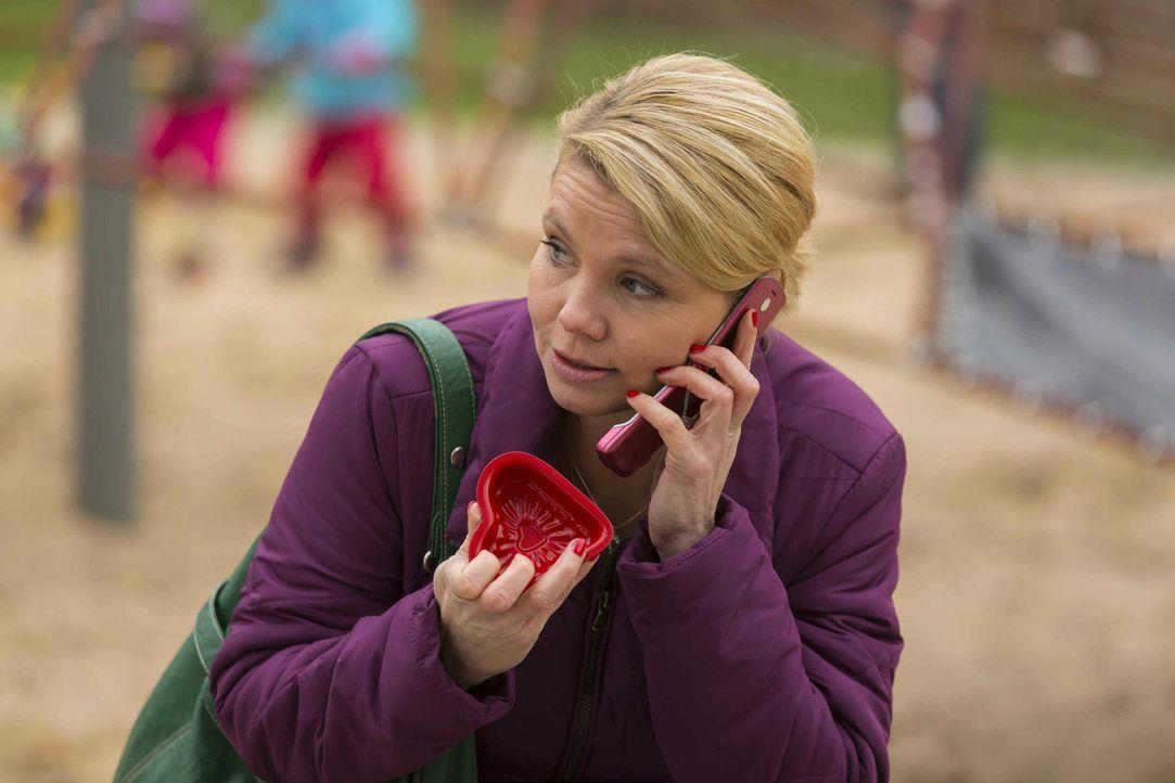 """Auf Danni (Annette Frier) wartet ein neuer Fall, während sich Kurt weiter für """"Occupy Kölnberg"""" engagiert ... - Bildquelle: Frank Dicks SAT.1"""