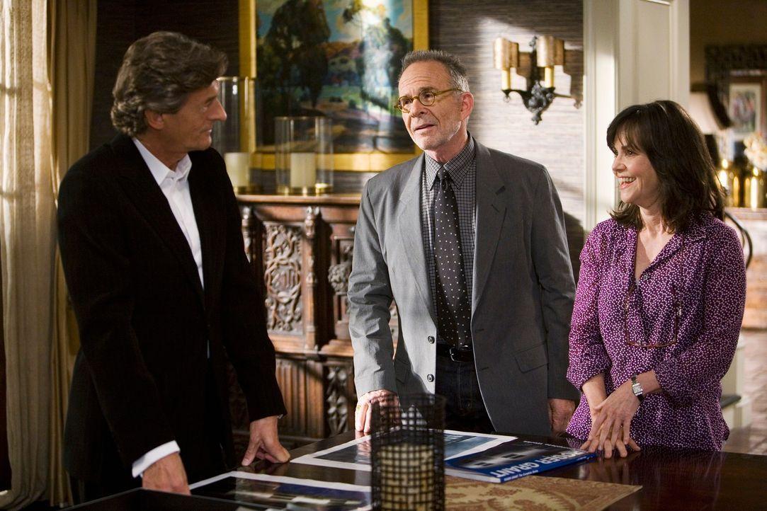 Nora (Sally Field, r.) ist nicht glücklich darüber, aber Saul (Ron Rifkin, M.) hat ausgerechnet Roger Grant (Nigel Havers, l.) mit dem Bau des neuen... - Bildquelle: 2008 ABC INC.
