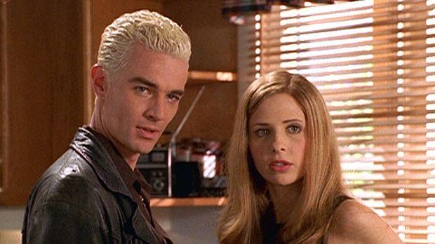 Spike (James Masters, l.) und Buffy (Sarah Michelle Gellar, r.) fragen sich,...