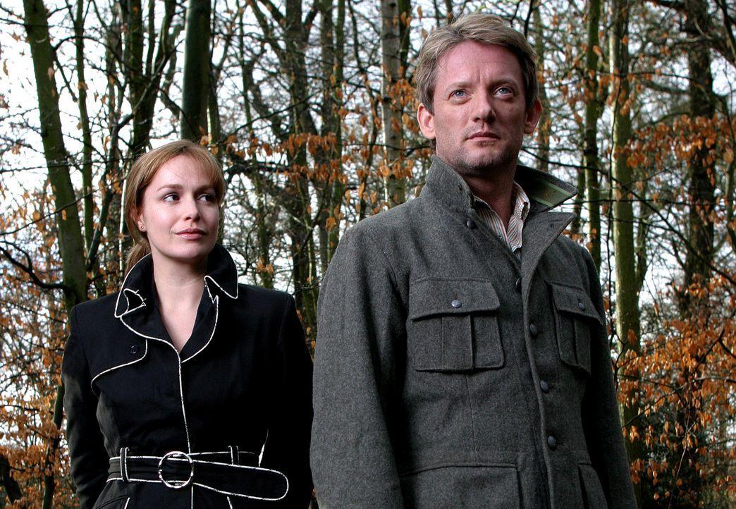 Machen eine spektakuläre Entdeckung: Prof. Cutter (Douglas Henshall, r.) und Helen (Juliet Aubrey, l.) ... - Bildquelle: ITV Plc