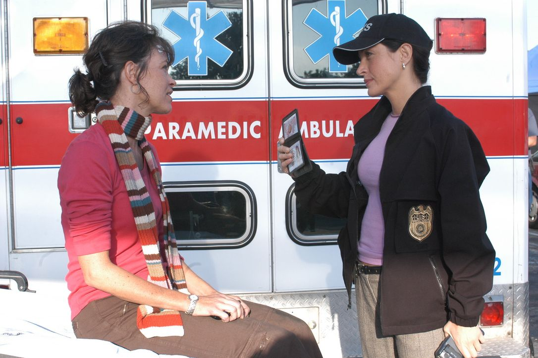 Kaum von einem Einsatz in Afghanistan zurückgekehrt, explodiert Micki Shields? (Mary Page Keller, l.) Auto auf einem Supermarktparkplatz. Kate (Sas... - Bildquelle: CBS Television