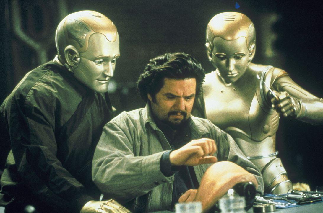Endlich soll sein größter Wunsch in Erfüllung gehen! Der Roboter - Spezialist Rupert Burns (Oliver Platt, M.) will Andrew (Robin Williams, l.) ein m... - Bildquelle: Columbia TriStar Film GmbH