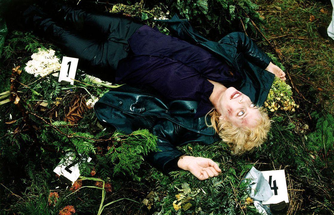 Judith Geigers (Claudia Kindl) Leiche wird nach einer Vollmondnacht bei einer verlassenen Grabstätte im Wiener Wald gefunden. - Bildquelle: Ali Schafler Sat.1