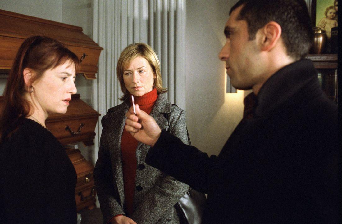 Eva Blond (Corinna Harfouch, M.) und Alyans (Erdal Yildiz, r.) befragen Luzie Feinstein (Ulrike Krumbiegel, l.) nach ihrem Mann, der verschwunden ist. - Bildquelle: Sat.1