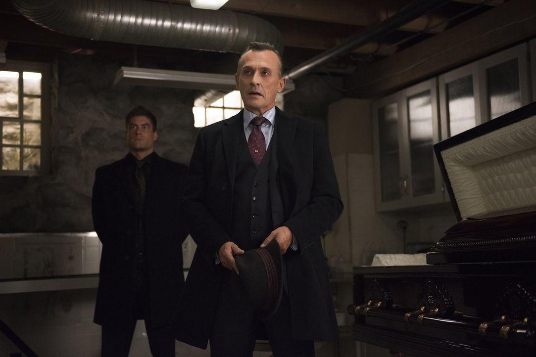 Nachdem ihm sein Sohn gedroht hat, ihn vom Thron seines Unternehmens zu stürzen, zeigt Angus DeBeers (Robert Knepper, r.) Blaine auf, wie die Zusamm... - Bildquelle: 2014 Warner Brothers