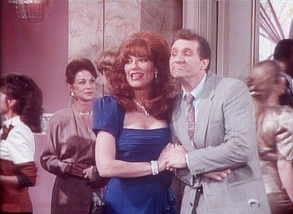 Peggy (Katey Sagal, M.) und Al (Ed O'Neill, r.) legen beim Schultreffen einen Tanz aufs Parkett. - Bildquelle: Sony Pictures Television International. All Rights Reserved.