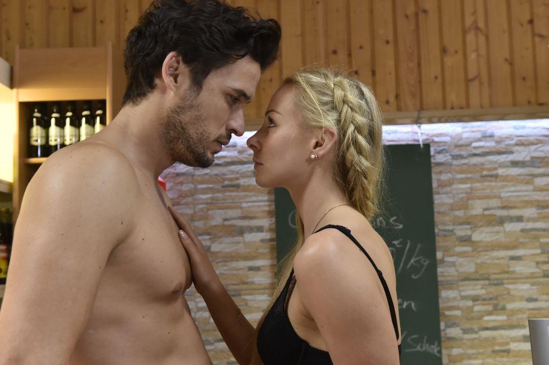 Während Mila Tobi noch eine Chance gibt, hat Luisa (Jenny Bach, r.) einen heißen Traum von Sami (Alexander Milo, l.) ... - Bildquelle: Claudius Pflug SAT.1