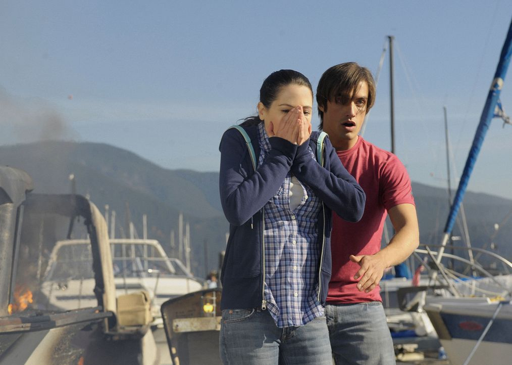 Abby (Elaine Cassidy, l.) ist geschockt: Kurz bevor sie auf Jimmys (C.J. Thomason, r.) Boot geht, bekommt sie Besuch von einem ehemaligen Kollegen i... - Bildquelle: 2009 CBS Studios Inc. All Rights Reserved.