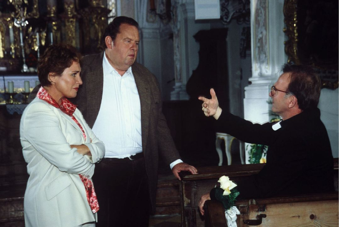Sabrina (Katerina Jacob, l.) und Benno (Ottfried Fischer, M.) versuchen den verkaterten Prälat Hinter (Michael Lerchenberg, r.) zu einer Aussage zu... - Bildquelle: Magdalena Mate Sat.1