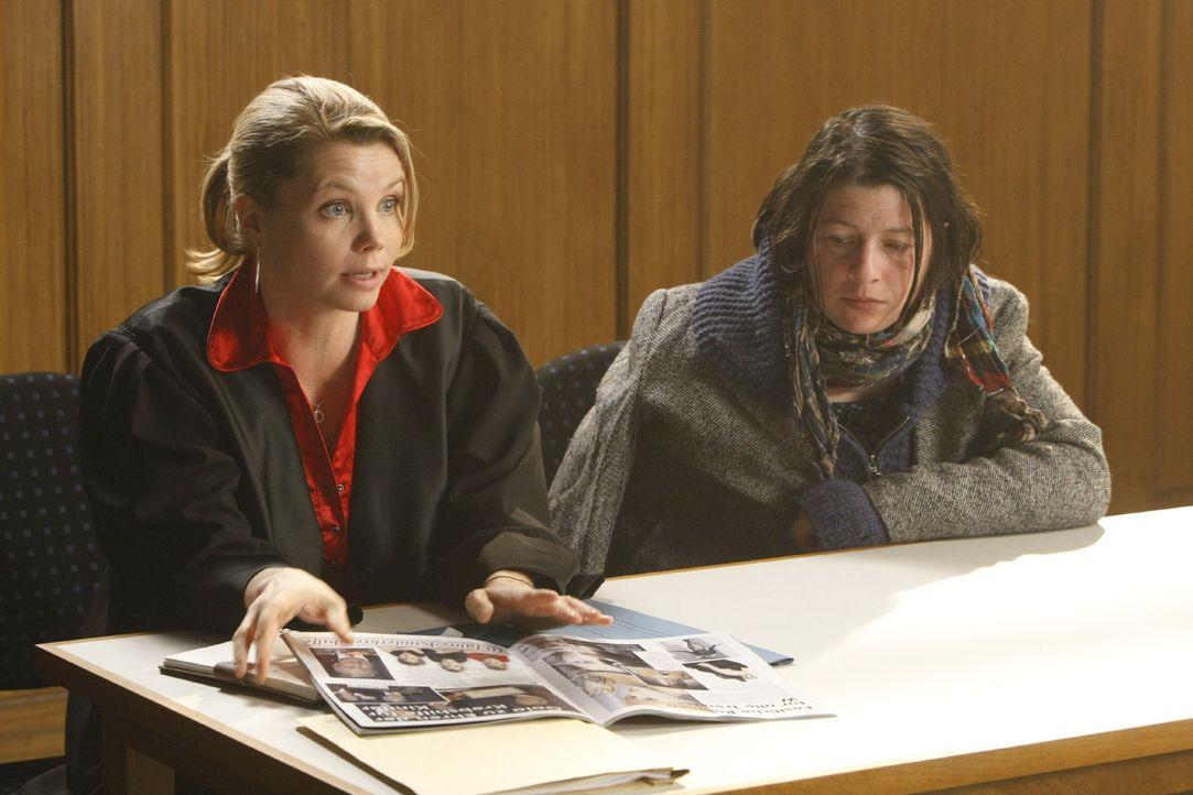 Danni (Annette Frier, l.) hat einen neuen Fall. Sie vertritt die 40-jährige Obdachlose Meike (Tilla Kratochwil, r.), die behauptet, dass ihr bei ei... - Bildquelle: SAT.1