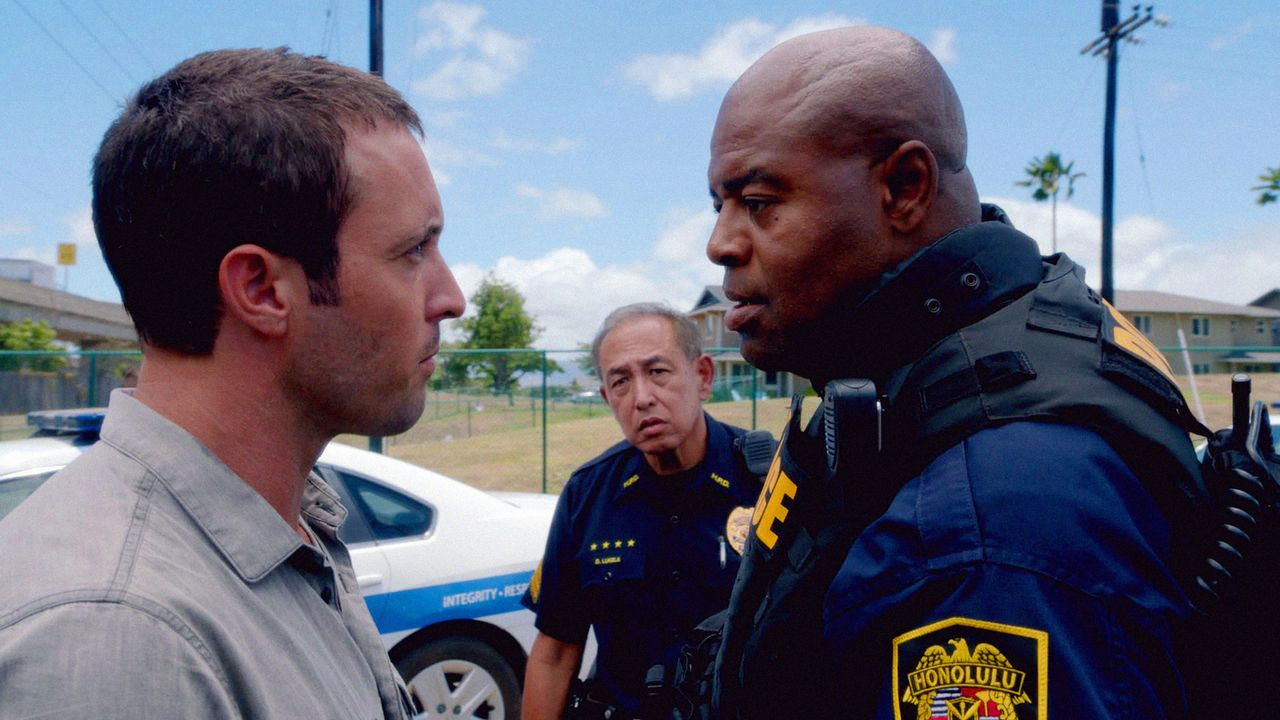 Bei der Aufklärung eines neuen Falles bekommt Steve (Alex O'Loughlin, l.) Ärger mit dem neuen SWAT Commander Grover (Chi McBride, r.) ... - Bildquelle: 2013 CBS BROADCASTING INC. All Rights Reserved.