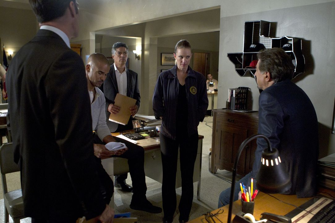 Als zahlreiche Prostituierte in Texas ermordet werden, sind Morgan (Shemar Moore, 2.v.l.), Hotch (Thomas Gibson, l.), Rossi (Joe Mantegna, r.), JJ (... - Bildquelle: ABC Studios