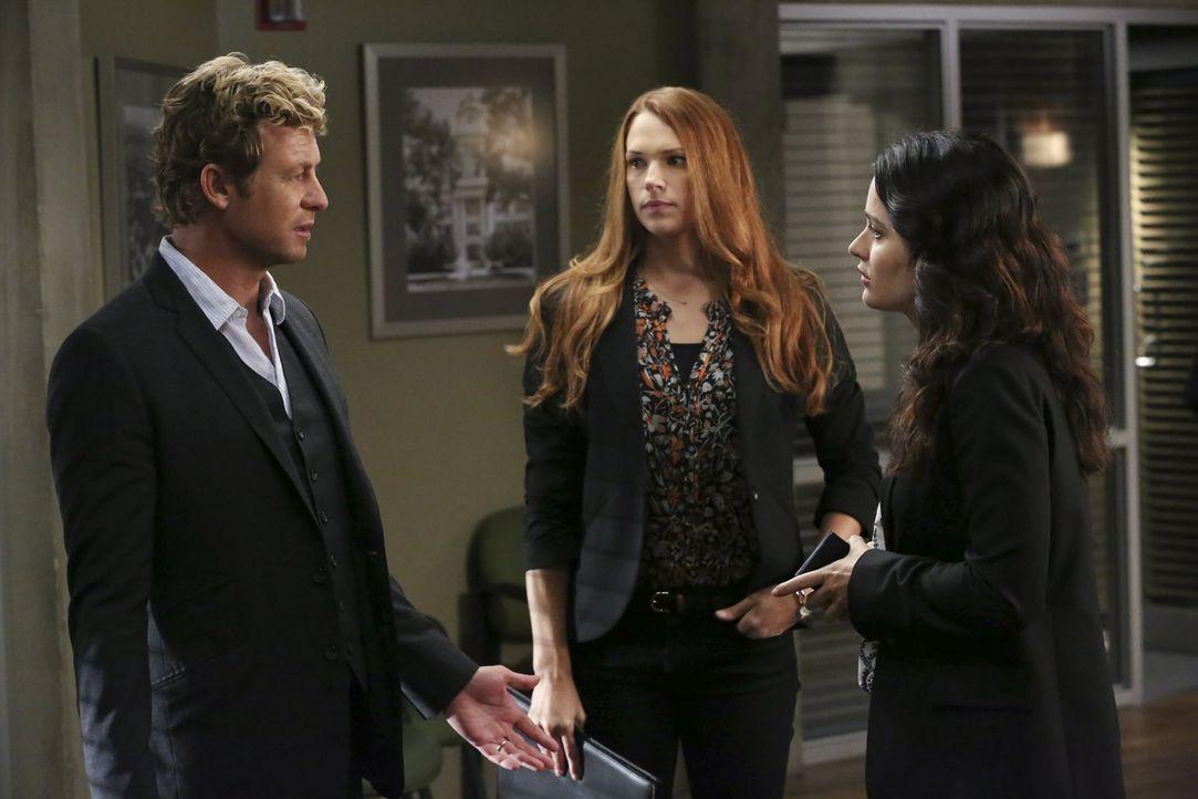 Ermitteln in einem neuen Fall: Patrick (Simon Baker, l.), Teresa (Robin Tunney, r.) und Grace (Amanda Righetti, M.) ... - Bildquelle: Warner Bros. Television