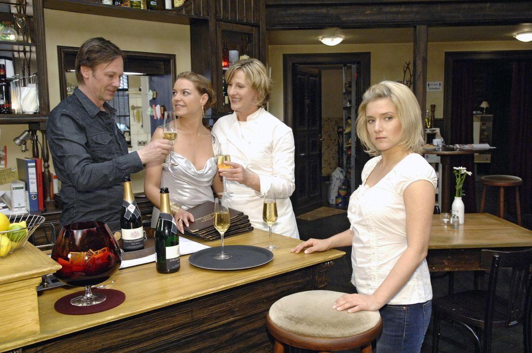Anna (Jeanette Biedermann, r.) kann nicht fassen, worauf Katja (Karolina Lodyga, 2.v.l.), Armin (Rainer Will, l.) und Susanne (Heike Jonca, 2.v.r.) anstoßen...