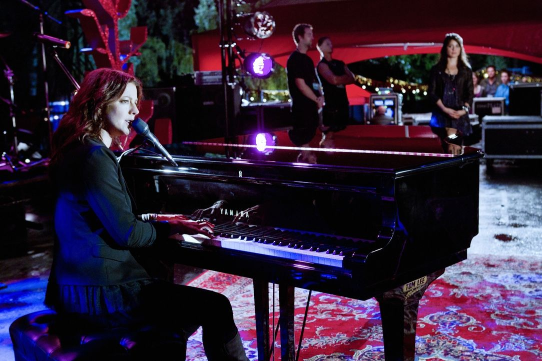 Für den fehlenden Hauptact springt in letzter Minute die Sängerin Sarah McLachlan ein... - Bildquelle: The CW   2010 The CW Network, LLC. All Rights Reserved