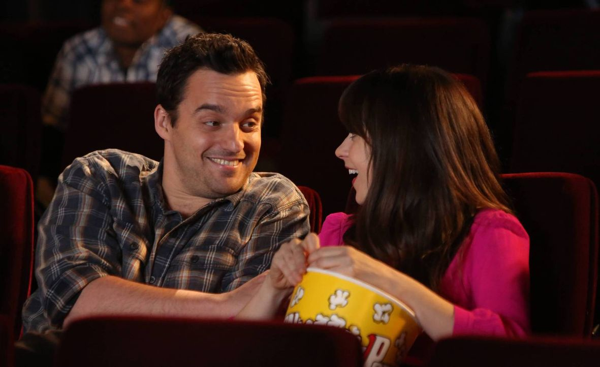 Eigentlich hat Jess (Zooey Deschanel, r.) keine hohen Erwartungen an ihren Geburtstag, doch Nick (Jake M. Johnson, l.) plant Großes ... - Bildquelle: 2014 Twentieth Century Fox Film Corporation. All rights reserved.